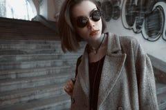 Όμορφο και μοντέρνο κορίτσι στα γυαλιά ηλίου μια ηλιόλουστη ημέρα Στοκ φωτογραφία με δικαίωμα ελεύθερης χρήσης