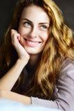Όμορφο και χαριτωμένο κορίτσι που χαμογελά στο κρεβάτι Στοκ Εικόνες