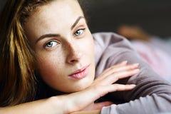 Όμορφο και χαριτωμένο κορίτσι σε ένα κρεβάτι Στοκ φωτογραφία με δικαίωμα ελεύθερης χρήσης