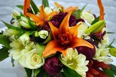 Όμορφο καλάθι λουλουδιών σε έναν πίνακα στοκ εικόνα με δικαίωμα ελεύθερης χρήσης