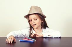 όμορφο καλυμμένο στούντιο καπέλων κοριτσιών Στοκ εικόνες με δικαίωμα ελεύθερης χρήσης