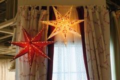 Όμορφο καμμένος αστέρι διακοσμήσεων Χριστουγέννων στην κρεβατοκάμαρα Στοκ Φωτογραφίες