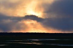 Όμορφο καμμένος τοπίο ηλιοβασιλέματος πέρα από το λιβάδι Στοκ εικόνες με δικαίωμα ελεύθερης χρήσης