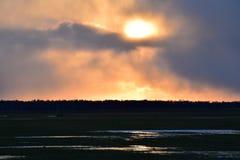 Όμορφο καμμένος τοπίο ηλιοβασιλέματος πέρα από το λιβάδι Στοκ φωτογραφίες με δικαίωμα ελεύθερης χρήσης