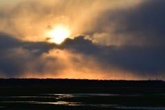 Όμορφο καμμένος τοπίο ηλιοβασιλέματος πέρα από το λιβάδι Στοκ εικόνα με δικαίωμα ελεύθερης χρήσης