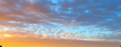 Όμορφο καμμένος τοπίο ηλιοβασιλέματος πέρα από το λιβάδι και τον πορτοκαλή ουρανό επάνω από το Καταπληκτική θερινή ανατολή ως υπό Στοκ φωτογραφίες με δικαίωμα ελεύθερης χρήσης