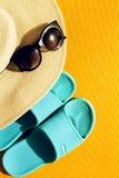 Όμορφο καπέλο αχύρου με τα γυαλιά ηλίου και μπλε πτώσεις κτυπήματος στο yello Στοκ φωτογραφίες με δικαίωμα ελεύθερης χρήσης