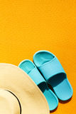 Όμορφο καπέλο αχύρου με τις μπλε πτώσεις κτυπήματος κίτρινο δονούμενο σε ζωηρό Στοκ εικόνες με δικαίωμα ελεύθερης χρήσης