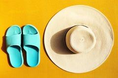 Όμορφο καπέλο αχύρου με τις μπλε πτώσεις κτυπήματος κίτρινο δονούμενο σε ζωηρό Στοκ Εικόνα