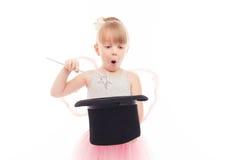 Όμορφο καπέλο εκμετάλλευσης μικρών κοριτσιών Στοκ Εικόνες