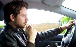 Όμορφο καπνίζοντας τσιγάρο αυτοκινήτων ατόμων οδηγώντας Στοκ φωτογραφία με δικαίωμα ελεύθερης χρήσης