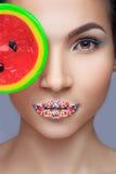 Όμορφο καρφίτσα-επάνω κορίτσι που κρατά το γλυκό lollipop Στοκ Εικόνες