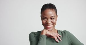 Όμορφο κατάλληλο πρότυπο αφροαμερικάνων σε ένα σφιχτό φόρεμα απόθεμα βίντεο