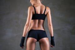 Όμορφο κατάλληλο, προκλητικό θηλυκό σώμα στο σκοτεινό γκρι στοκ φωτογραφίες με δικαίωμα ελεύθερης χρήσης