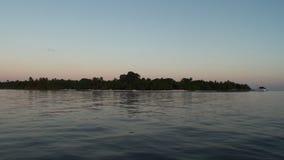 Όμορφο καταπληκτικό χρυσό ηλιοβασίλεμα στην τροπική θάλασσα φιλμ μικρού μήκους