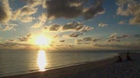 Όμορφο καταπληκτικό χρυσό ηλιοβασίλεμα στην τροπική παραλία απόθεμα βίντεο