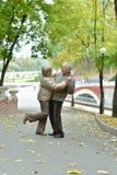 Όμορφο καυκάσιο ανώτερο ζεύγος που χορεύει στο πάρκο στοκ φωτογραφίες