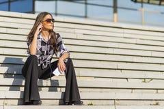 Όμορφο καυκάσιο κορίτσι brunette που ακούει τη μουσική με τον Στοκ εικόνα με δικαίωμα ελεύθερης χρήσης