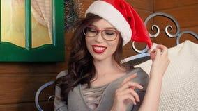 όμορφο καυτό κόκκινο santa κοριτσιών κοστουμιών Claus Το πορτρέτο της όμορφης νέας γυναίκας έντυσε ως Santa και εξέταση τη κάμερα απόθεμα βίντεο