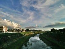 όμορφο καλοκαίρι ουρανού ποταμών τοπίων στοκ εικόνες
