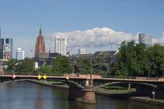 Όμορφο καλοκαίρι της Φρανκφούρτης με το πολυόροφο κτίριο και κύριο #2 Στοκ εικόνες με δικαίωμα ελεύθερης χρήσης