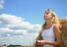 όμορφο καλοκαίρι χαμόγελου πορτρέτου κοριτσιών Στοκ Φωτογραφίες
