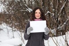 όμορφο κενό φύλλο εγγράφου κοριτσιών Στοκ εικόνα με δικαίωμα ελεύθερης χρήσης