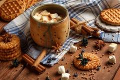 Όμορφο κεραμικό φλυτζάνι με τις στάσεις κακάου και marshmallow στον έλεγχο Στοκ φωτογραφίες με δικαίωμα ελεύθερης χρήσης