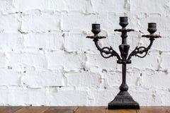 Όμορφο κηροπήγιο με τα διακοσμητικά στοιχεία που στέκονται στο δωμάτιο Στοκ Φωτογραφία