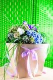 Όμορφο κιβώτιο δώρων με τα φρέσκα μπλε και πορφυρά λουλούδια PN γ άνθισης Στοκ εικόνα με δικαίωμα ελεύθερης χρήσης
