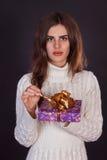 Όμορφο κιβώτιο δώρων εκμετάλλευσης γυναικών brunette Στοκ Εικόνες