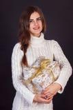 Όμορφο κιβώτιο δώρων εκμετάλλευσης γυναικών brunette Στοκ Φωτογραφίες