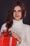 Όμορφο κιβώτιο δώρων εκμετάλλευσης γυναικών brunette Στοκ Εικόνα