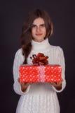 Όμορφο κιβώτιο δώρων εκμετάλλευσης γυναικών brunette Στοκ εικόνες με δικαίωμα ελεύθερης χρήσης