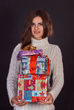 Όμορφο κιβώτιο δώρων εκμετάλλευσης γυναικών brunette Στοκ φωτογραφία με δικαίωμα ελεύθερης χρήσης