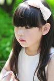 Όμορφο κινεζικό κορίτσι λουλουδιών Στοκ Φωτογραφία