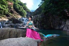 Όμορφο κινεζικό κορίτσι στο κοστούμι παραδοσιακού κινέζικου Στοκ εικόνα με δικαίωμα ελεύθερης χρήσης