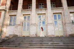 Όμορφο κοκκινομάλλες κορίτσι με τη μακριά σγουρή τρίχα στη νύφη, σε ένα μακρύ φόρεμα δαντελλών Μια φυσική ομορφιά Στοκ Εικόνες