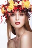 Όμορφο κοκκινομάλλες κορίτσι με το φωτεινό φθινόπωρο wreat Στοκ Εικόνα
