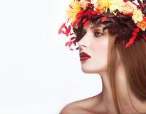 Όμορφο κοκκινομάλλες κορίτσι με το φωτεινό φθινόπωρο wreat Στοκ Φωτογραφίες