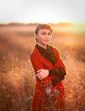 Όμορφο κοκκινομάλλες κορίτσι σε έναν τομέα Στοκ φωτογραφίες με δικαίωμα ελεύθερης χρήσης