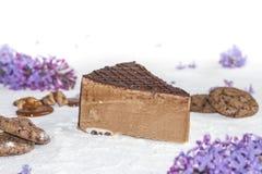 Όμορφο κομμάτι του κέικ, των μπισκότων και της καραμέλας με τα καρύδια Στοκ φωτογραφία με δικαίωμα ελεύθερης χρήσης