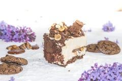 Όμορφο κομμάτι του κέικ, των μπισκότων και της καραμέλας με τα καρύδια Στοκ Εικόνες