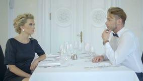 Όμορφο κομψό ζεύγος που έχει έναν συμπαθητικό χρόνο στο εστιατόριο πολυτέλειας φιλμ μικρού μήκους