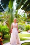 Όμορφο κομψό κορίτσι που περπατά μέσω του θερινού κήπου Στοκ εικόνες με δικαίωμα ελεύθερης χρήσης