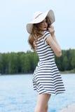 Όμορφο κορίτσι έξω στο λευκό με το καπέλο στοκ εικόνα