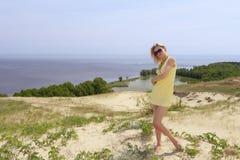 όμορφο κορίτσι αμμόλοφων Στοκ φωτογραφία με δικαίωμα ελεύθερης χρήσης