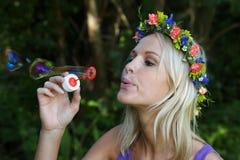 Όμορφο κορίτσι ανεμιστήρων φυσαλίδων Στοκ Εικόνες