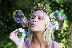 Όμορφο κορίτσι ανεμιστήρων φυσαλίδων Στοκ φωτογραφία με δικαίωμα ελεύθερης χρήσης