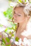 Όμορφο κορίτσι ανοίξεων με τα λουλούδια Στοκ Φωτογραφία